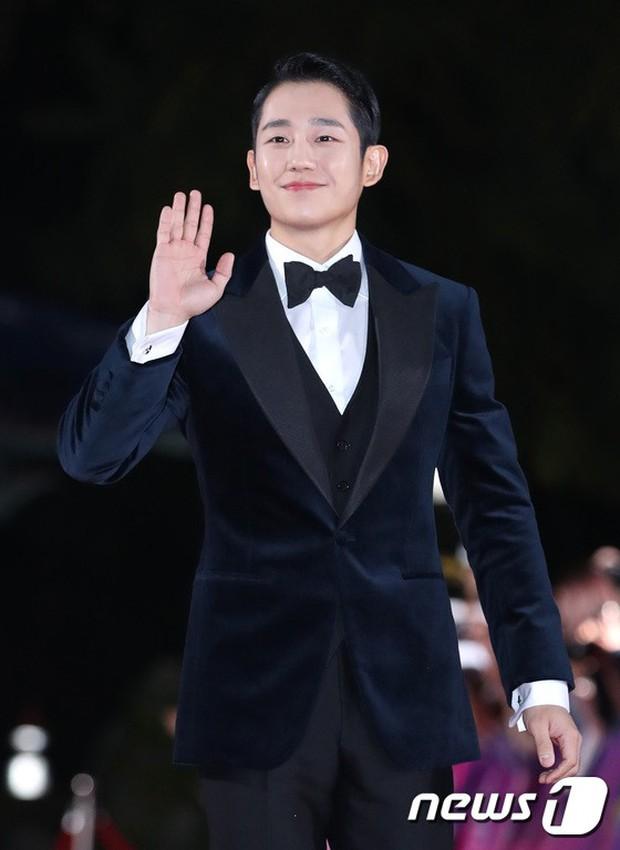 Thảm đỏ hot nhất Hàn Quốc hôm nay: Bạn gái G-Dragon bối rối vì ngực khủng, Jung Hae In đổ bộ cùng 30 ngôi sao - Ảnh 14.