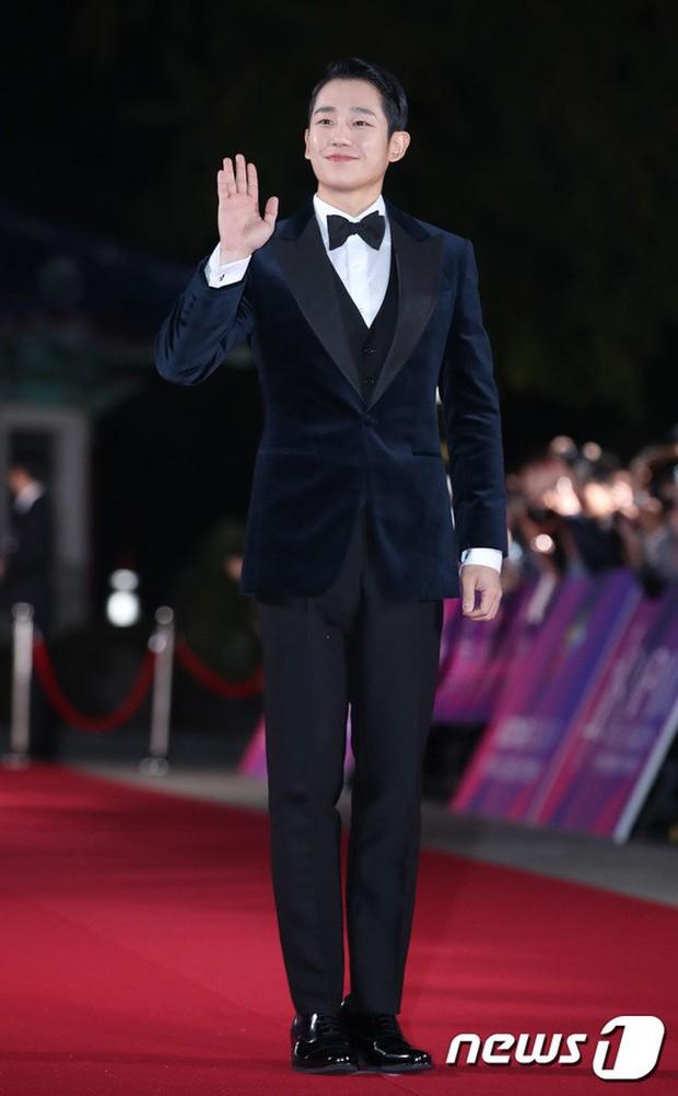 Thảm đỏ hot nhất Hàn Quốc hôm nay: Bạn gái G-Dragon bối rối vì ngực khủng, Jung Hae In đổ bộ cùng 30 ngôi sao - Ảnh 13.
