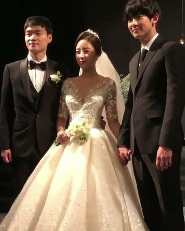Hôn lễ chị gái nổi tiếng của Chanyeol: Dàn mỹ nam EXO gây bão, song nhan sắc của cô dâu mới là tâm điểm - Ảnh 4.