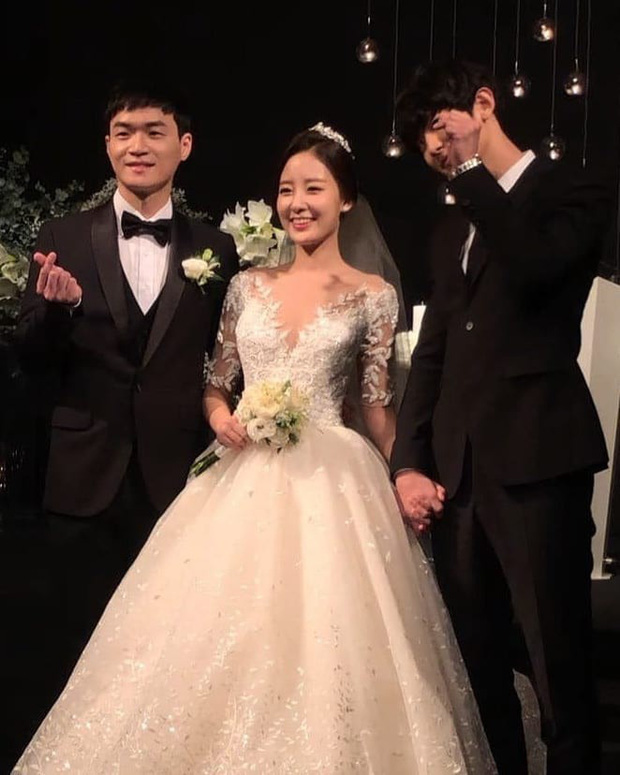 Hôn lễ chị gái nổi tiếng của Chanyeol: Dàn mỹ nam EXO gây bão, song nhan sắc của cô dâu mới là tâm điểm - Ảnh 5.