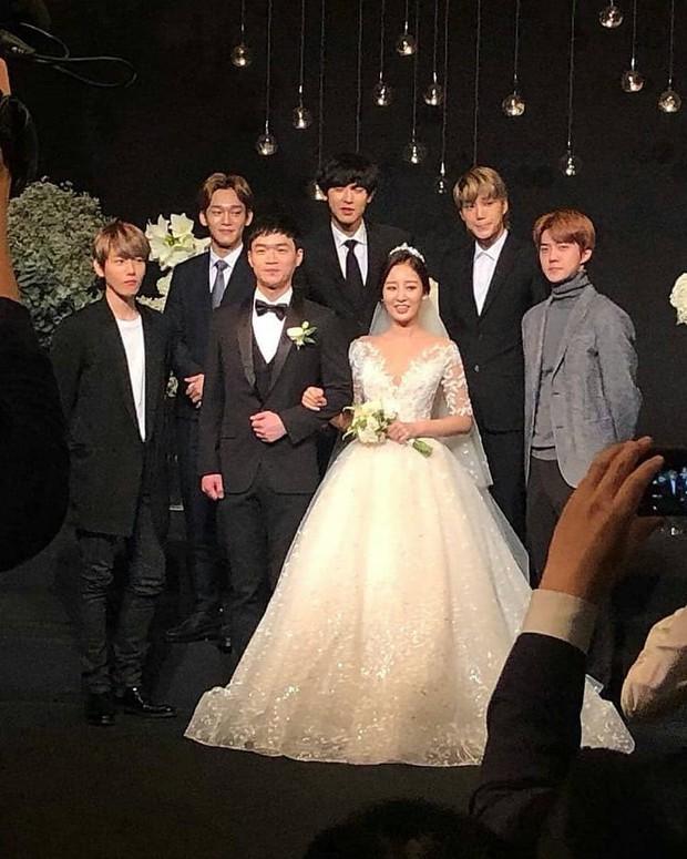 Hôn lễ chị gái nổi tiếng của Chanyeol: Dàn mỹ nam EXO gây bão, song nhan sắc của cô dâu mới là tâm điểm - Ảnh 6.