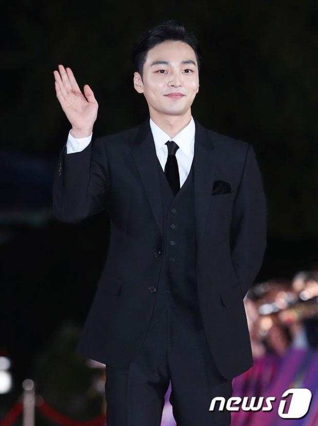 Thảm đỏ hot nhất Hàn Quốc hôm nay: Bạn gái G-Dragon bối rối vì ngực khủng, Jung Hae In đổ bộ cùng 30 ngôi sao - Ảnh 30.