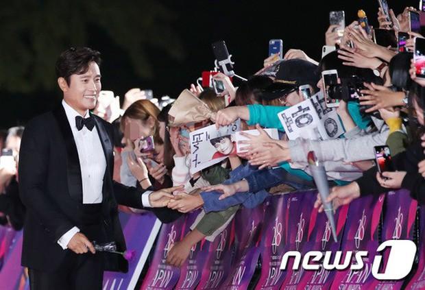 Thảm đỏ hot nhất Hàn Quốc hôm nay: Bạn gái G-Dragon bối rối vì ngực khủng, Jung Hae In đổ bộ cùng 30 ngôi sao - Ảnh 11.
