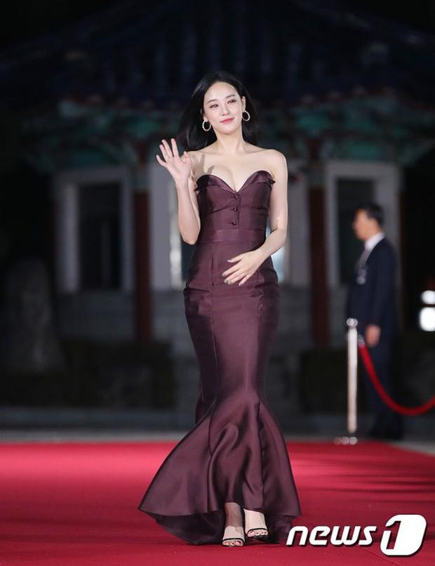 Thảm đỏ hot nhất Hàn Quốc hôm nay: Bạn gái G-Dragon bối rối vì ngực khủng, Jung Hae In đổ bộ cùng 30 ngôi sao - Ảnh 1.