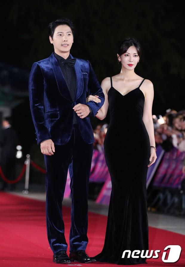 Thảm đỏ hot nhất Hàn Quốc hôm nay: Bạn gái G-Dragon bối rối vì ngực khủng, Jung Hae In đổ bộ cùng 30 ngôi sao - Ảnh 23.