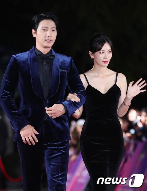 Thảm đỏ hot nhất Hàn Quốc hôm nay: Bạn gái G-Dragon bối rối vì ngực khủng, Jung Hae In đổ bộ cùng 30 ngôi sao - Ảnh 24.