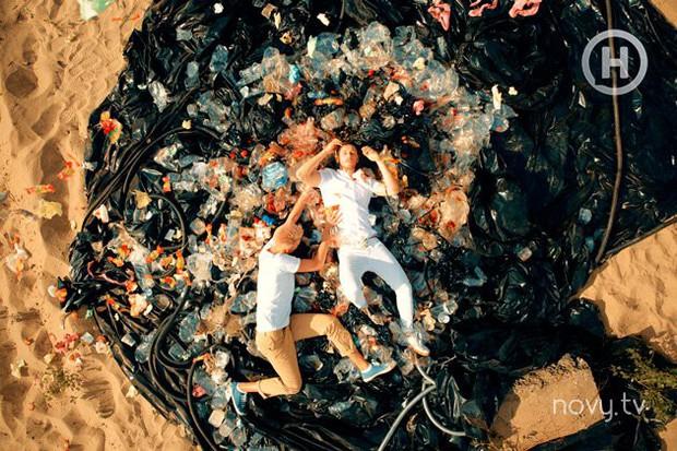 Next Top Ukraine quyết định thí sinh bị loại bằng việc lăn lê chụp hình trên... đống rác - Ảnh 3.