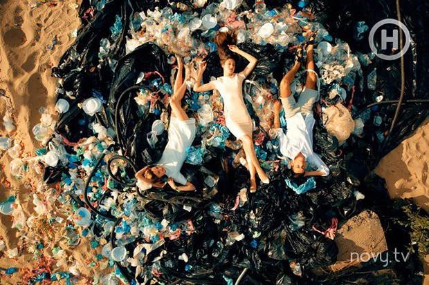 Next Top Ukraine quyết định thí sinh bị loại bằng việc lăn lê chụp hình trên... đống rác - Ảnh 4.