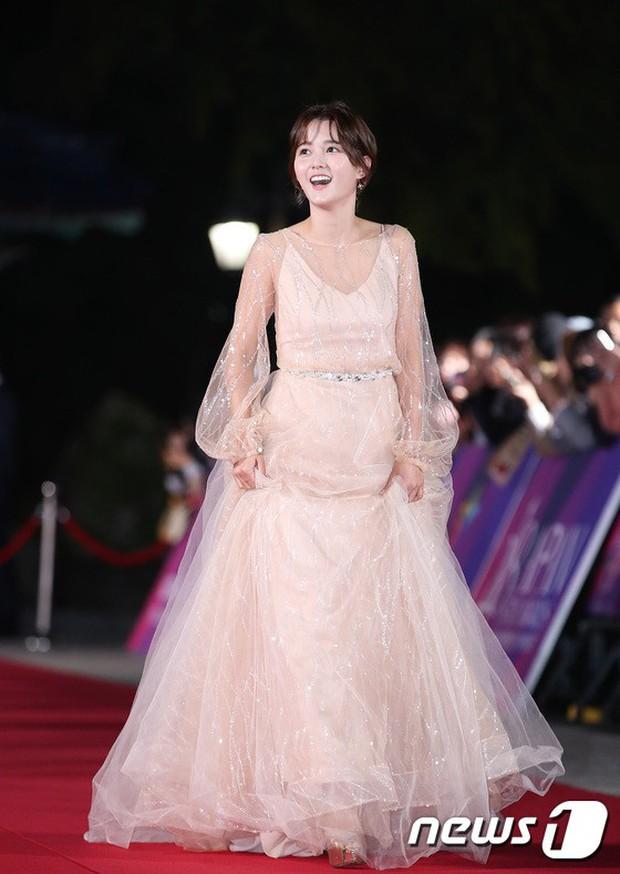 Thảm đỏ hot nhất Hàn Quốc hôm nay: Bạn gái G-Dragon bối rối vì ngực khủng, Jung Hae In đổ bộ cùng 30 ngôi sao - Ảnh 21.