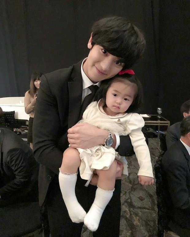Hôn lễ chị gái nổi tiếng của Chanyeol: Dàn mỹ nam EXO gây bão, song nhan sắc của cô dâu mới là tâm điểm - Ảnh 10.
