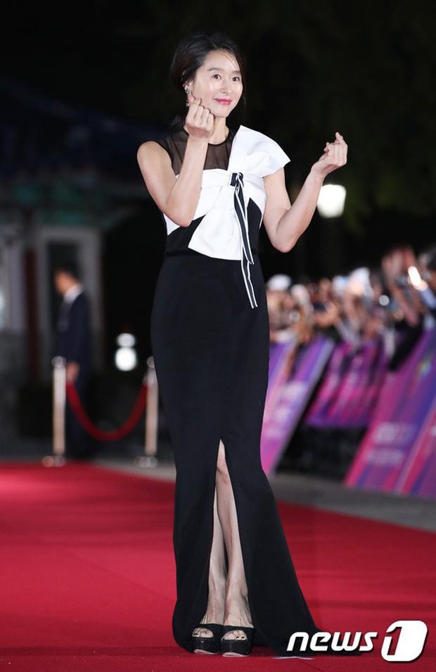 Thảm đỏ hot nhất Hàn Quốc hôm nay: Bạn gái G-Dragon bối rối vì ngực khủng, Jung Hae In đổ bộ cùng 30 ngôi sao - Ảnh 32.