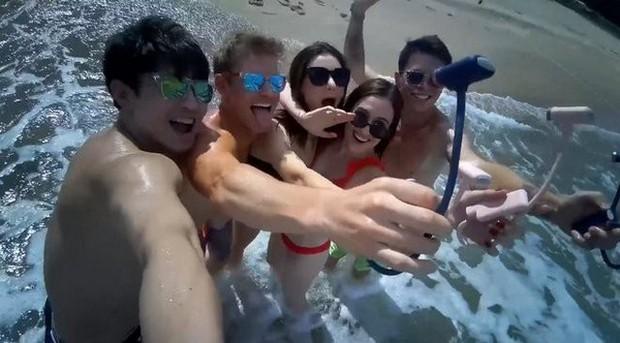 Chẳng cần phải mang theo smartphone hay máy ảnh, chỉ cần dụng cụ thần thánh này là có thể bao trọn ảnh selfie rồi - Ảnh 4.