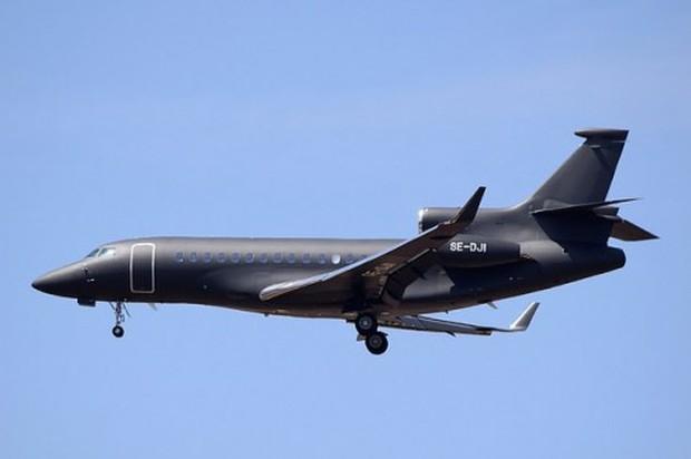 Máy bay chở vợ chồng Hoàng tử Anh bị sét đánh trúng - Ảnh 1.
