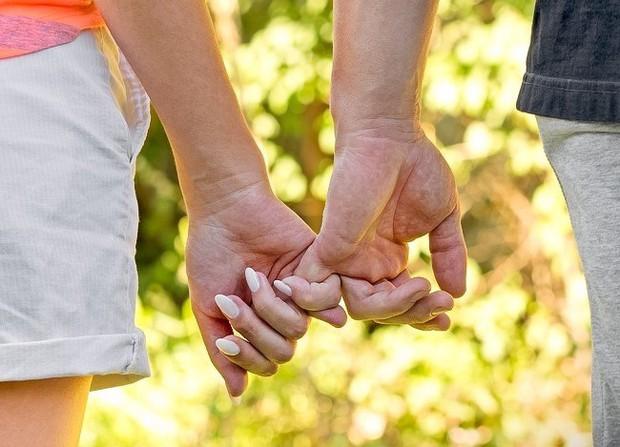 Bạn thường nắm tay người thương như thế nào? Nó tiết lộ khá nhiều điều đấy - Ảnh 4.