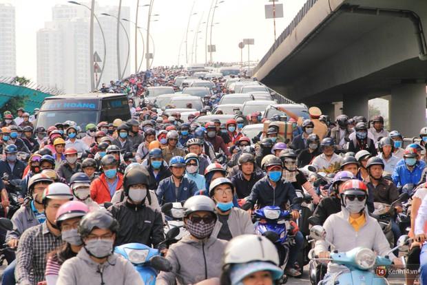 Hầm Thủ Thiêm bị phong tỏa, các tuyến đường về Sài Gòn bị tê liệt - Ảnh 8.