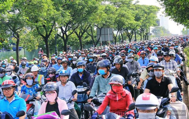 Hầm Thủ Thiêm bị phong tỏa, các tuyến đường về Sài Gòn bị tê liệt - Ảnh 2.