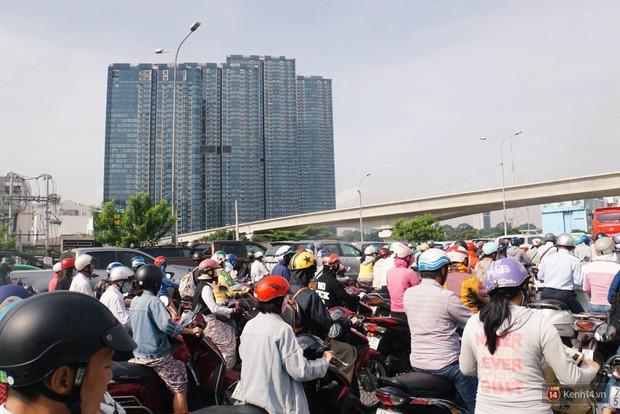 Hầm Thủ Thiêm bị phong tỏa, các tuyến đường về Sài Gòn bị tê liệt - Ảnh 14.