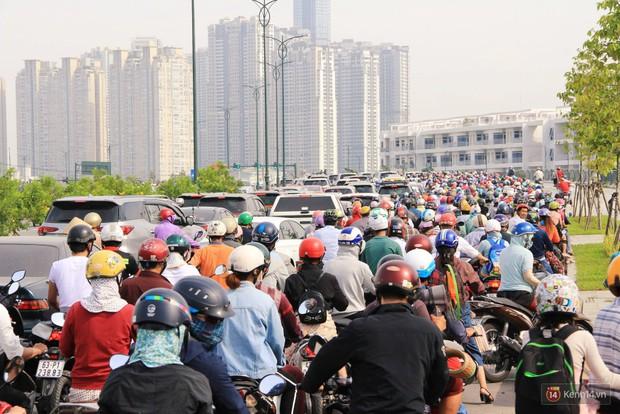 Hầm Thủ Thiêm bị phong tỏa, các tuyến đường về Sài Gòn bị tê liệt - Ảnh 4.
