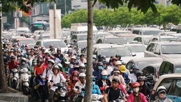Hầm Thủ Thiêm bị phong tỏa, các tuyến đường về Sài Gòn bị tê liệt - Ảnh 21.