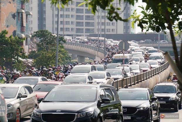 Hầm Thủ Thiêm bị phong tỏa, các tuyến đường về Sài Gòn bị tê liệt - Ảnh 19.