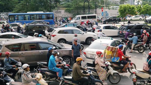 Hầm Thủ Thiêm bị phong tỏa, các tuyến đường về Sài Gòn bị tê liệt - Ảnh 18.