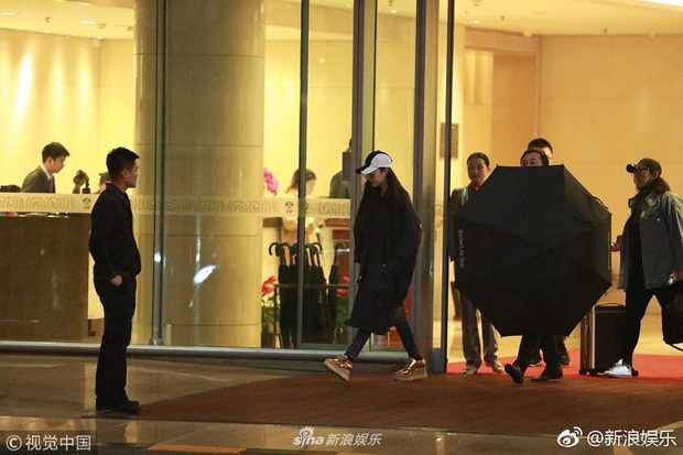 HOT: Phạm Băng Băng chính thức lộ diện sau scandal, lặng lẽ xuất hiện nhưng vẫn khí chất ngút ngàn - Ảnh 1.