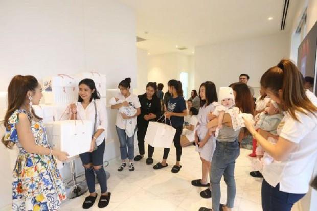 Hot mom Thái Lan đem 15 tủ lạnh chứa đầy sữa của chính mình đi quyên góp từ thiện gây tranh cãi lớn trên MXH - Ảnh 3.