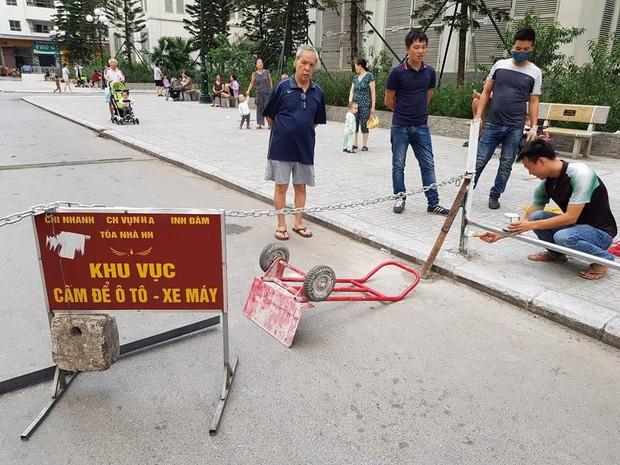 Người đàn ông gặp nạn do xe máy vướng vào dây xích chắn ngang đường tại chung cư HH Linh Đàm - Ảnh 2.