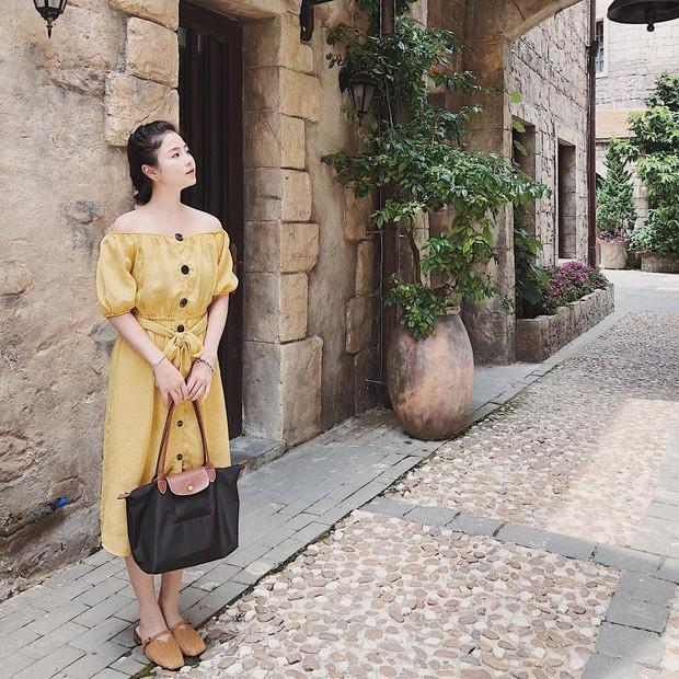 Cùng diện váy gợi cảm, mẹ Nam Thương được khen mặc xinh chẳng kém con gái - Ảnh 2.