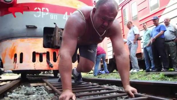Hulk đời thực: Người đàn ông tay không kéo tàu thủy 11 nghìn tấn, tự phá kỷ lục Guinness của chính mình - Ảnh 4.