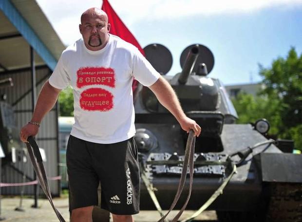 Hulk đời thực: Người đàn ông tay không kéo tàu thủy 11 nghìn tấn, tự phá kỷ lục Guinness của chính mình - Ảnh 5.