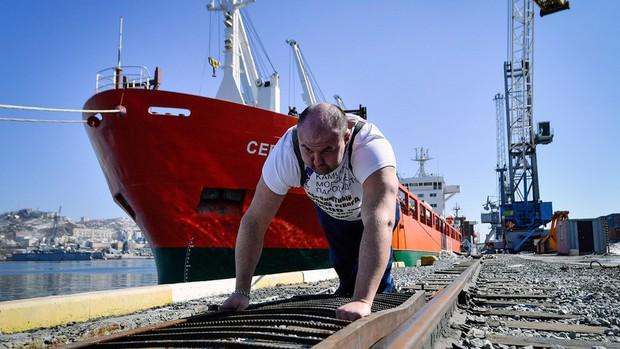 Hulk đời thực: Người đàn ông tay không kéo tàu thủy 11 nghìn tấn, tự phá kỷ lục Guinness của chính mình - Ảnh 2.