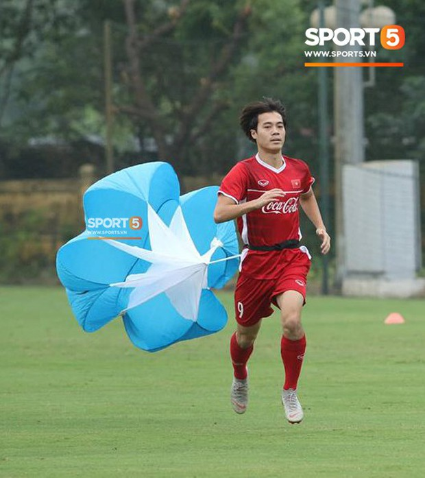 Văn Toàn gặp sự cố hài hước trong buổi tập của đội tuyển Việt Nam - Ảnh 2.