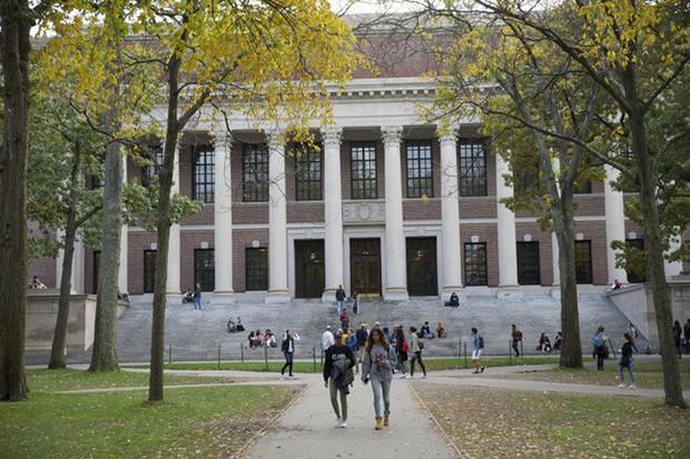 Những bí mật ít ai biết về trường Harvard, có cả truyền thống nam nữ thả rông chạy ngoài đường vào nửa đêm - Ảnh 3.