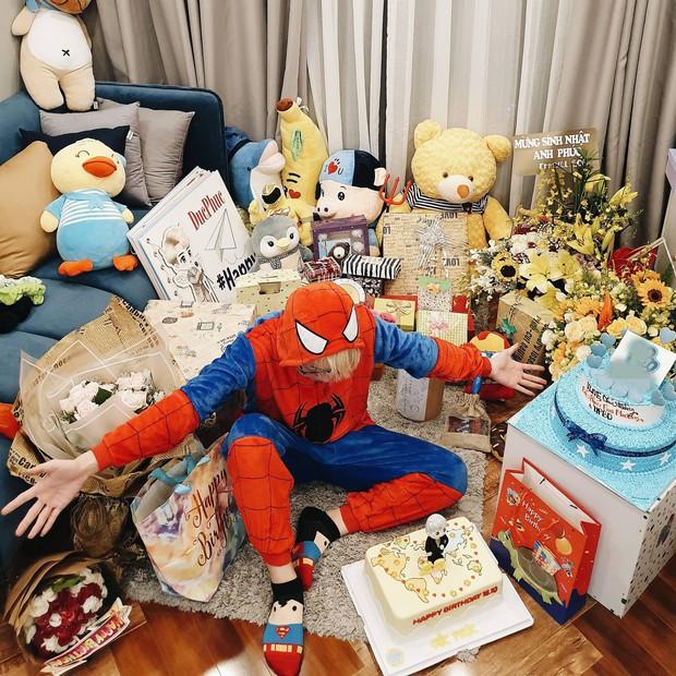 Sinh nhật tuổi 21, Đức Phúc hào hứng khoe cả căn phòng ngập đầy quà fan tặng - Ảnh 1.