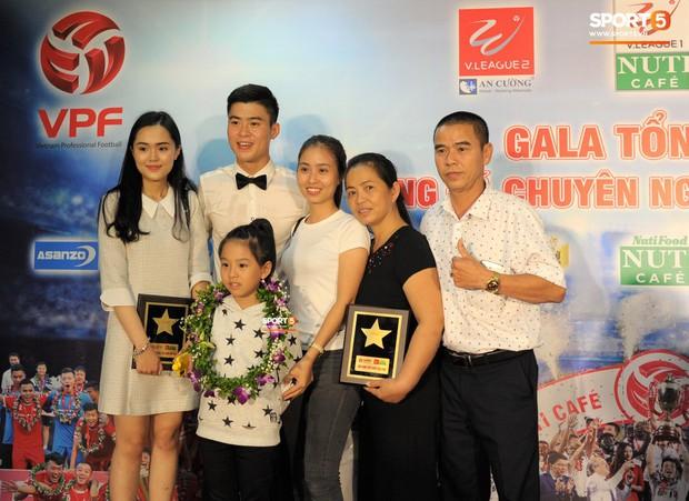 Quang Hải quấn quýt bên mẹ và bạn gái trong ngày nhận danh hiệu Cầu thủ trẻ xuất sắc nhất. - Ảnh 2.