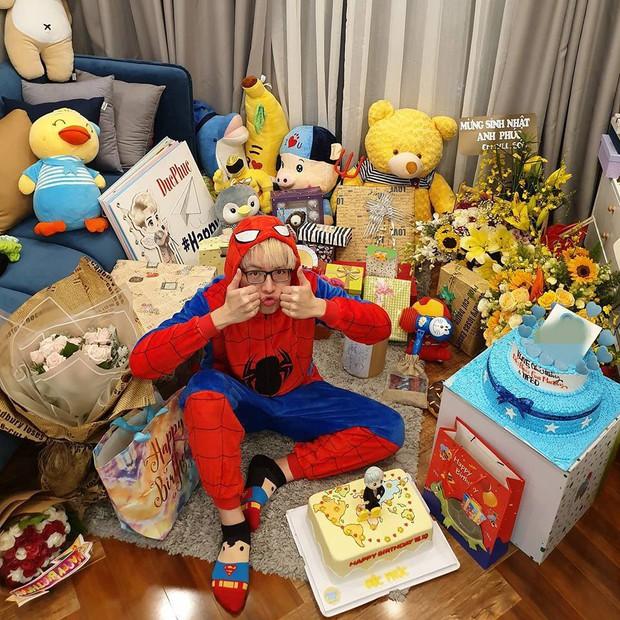 Sinh nhật tuổi 21, Đức Phúc hào hứng khoe cả căn phòng ngập đầy quà fan tặng - Ảnh 2.