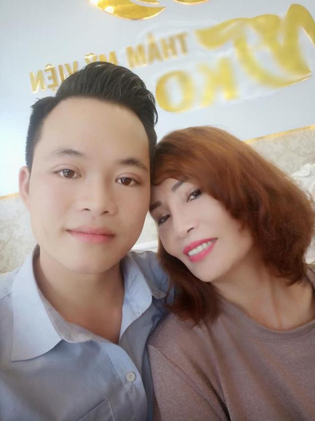 Không chỉ đưa chồng trẻ đi nhấn mí, cô dâu 62 tuổi gây bất ngờ với gương mặt trẻ ra 20 tuổi nhờ thẩm mỹ - Ảnh 2.