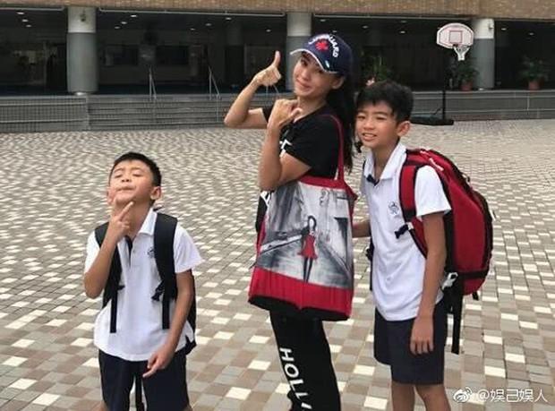 Hình ảnh hiếm hoi Tạ Đình Phong về Hong Kong thăm Trương Bá Chi và 2 con trai - Ảnh 3.