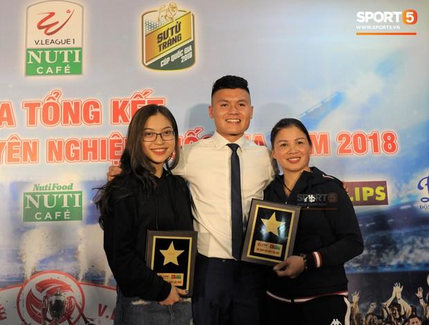 Quang Hải quấn quýt bên mẹ và bạn gái trong ngày nhận danh hiệu Cầu thủ trẻ xuất sắc nhất. - Ảnh 1.