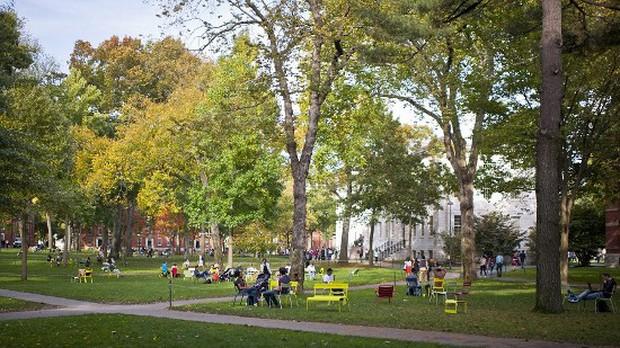 Những bí mật ít ai biết về trường Harvard, có cả truyền thống nam nữ thả rông chạy ngoài đường vào nửa đêm - Ảnh 4.
