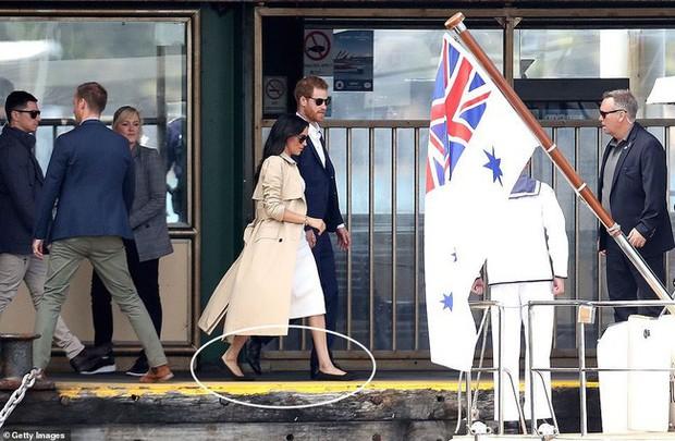Ngay sau ngày công bố tin bầu bí, chỉ một hành động nhỏ đã thể hiện Meghan Markle tinh ý hơn chị dâu Kate Middleton - Ảnh 6.