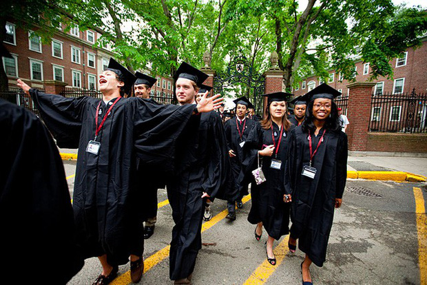 Những bí mật ít ai biết về trường Harvard, có cả truyền thống nam nữ thả rông chạy ngoài đường vào nửa đêm - Ảnh 6.