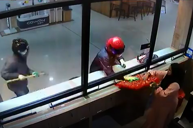 Clip: Cướp còn hì hục mãi chưa phá được tủ, nhân viên đã vội mang hết vàng trong tiệm ra biếu cho nhanh - Ảnh 3.