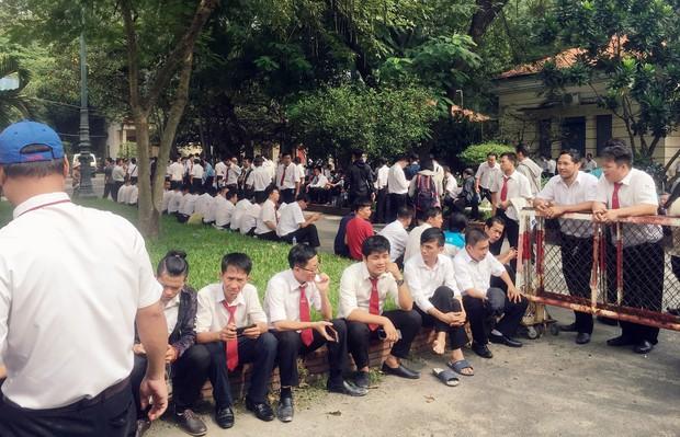 Hàng trăm tài xế Vinasun tiếp tục vây kín sân toà ở Sài Gòn, đòi Grab bồi thường hơn 40 tỷ đồng - Ảnh 5.