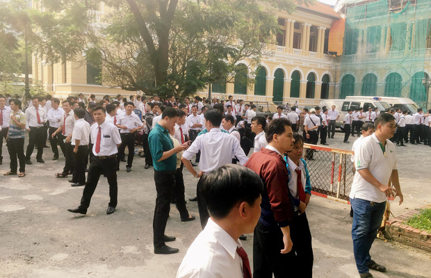 Hàng trăm tài xế Vinasun tiếp tục vây kín sân toà ở Sài Gòn, đòi Grab bồi thường hơn 40 tỷ đồng - Ảnh 4.