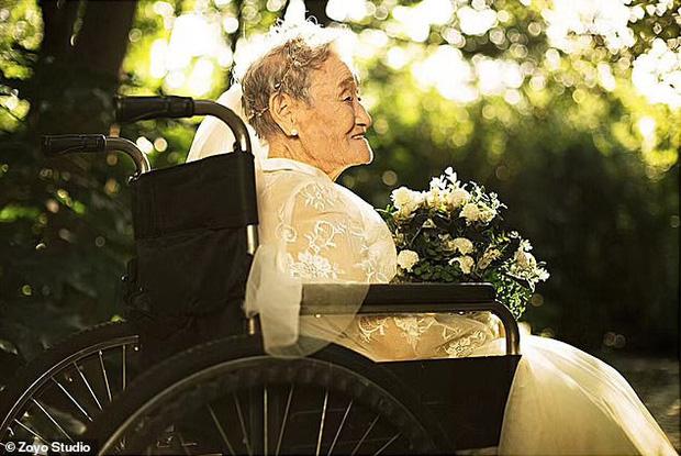 Cháu gái đóng vai ông nội, cùng bà 96 tuổi chụp ảnh cưới để hoàn thành tâm nguyện cuối cùng - Ảnh 4.