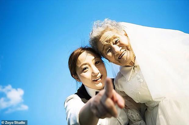 Cháu gái đóng vai ông nội, cùng bà 96 tuổi chụp ảnh cưới để hoàn thành tâm nguyện cuối cùng - Ảnh 5.
