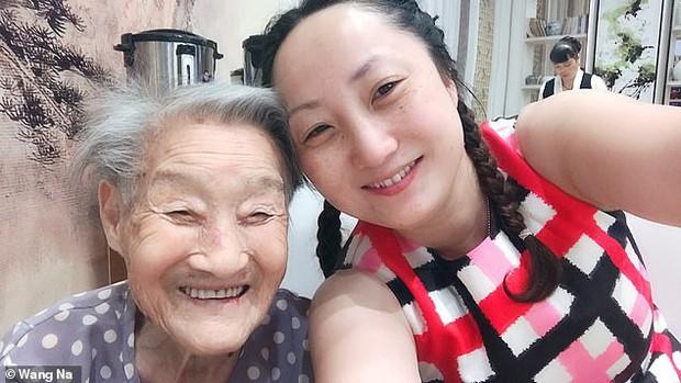 Cháu gái đóng vai ông nội, cùng bà 96 tuổi chụp ảnh cưới để hoàn thành tâm nguyện cuối cùng - Ảnh 2.