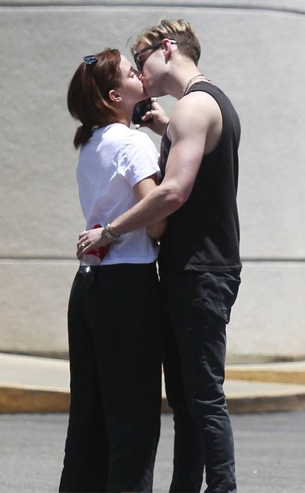 Emma Watson ôm hôn bạn trai mới - một giám đốc điển trai tốt nghiệp đại học danh tiếng - Ảnh 8.